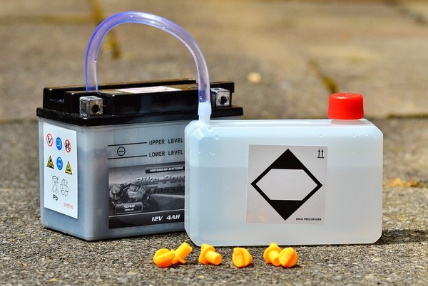 What are the hazards of lithium battery electrolyte to the human body?